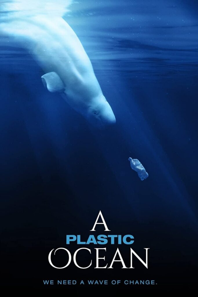 Tome algunos bocadillos (sin plástico), atenúe las luces y deje que un documental de cero desperdicios cambie su vida.  Imagen de A Plastic Ocean #zerowastedocumentaries #sustainablejungle